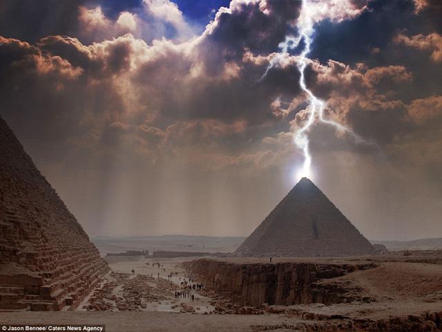 Nhiếp ảnh gia Jason Bennee bắt được khoảnh khắc ấn tượng về sự bùng nổ ảnh sáng một cơn bão khi đi qua kim tự tháp Giza ở Ai Cập.