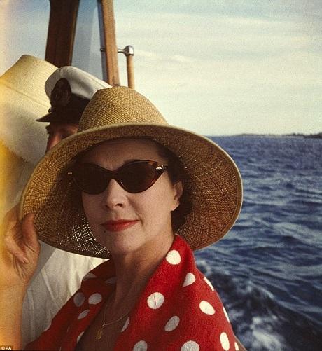 """Vivien Leigh trong những năm tháng tuổi già. Ảnh chụp ở Úc năm 1961. Bà trở nên nổi tiếng sau khi vào vai nàng Scarlett O'Hara trong """"Cuốn theo chiều gió"""" (1939) - một vai diễn đưa lại cho bà tượng vàng Oscar dành cho Nữ chính. Vivien Leigh cũng là nữ diễn viên Anh đầu tiên nhận được giải thưởng danh giá này."""