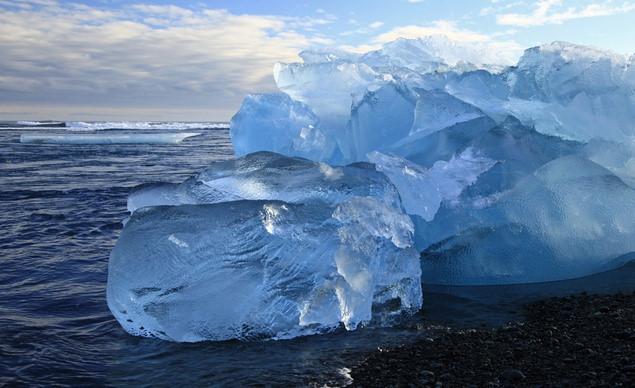 Với nền nhiệt độ trung bình 50 độ C, khắp bờ biển Iceland là những tảng băng khổng lồ vĩnh cửu