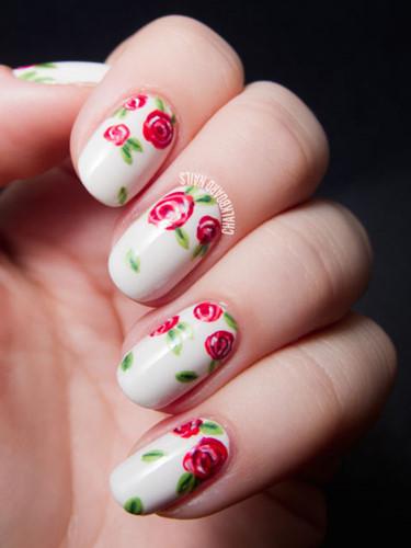 Hoa hồng biểu tượng cho sự lãng mạn, vì thế những bông hồng nở rộ trên từng ngón tay sẽ là sự lựa chọn không tồi cho ngày cưới của bạn.