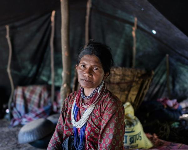 Nhiếp ảnh gia Paudel đã quyết định trở về quê hương của mình, dấn sâu vào rừng để ghi lại những hình ảnh gần nhất về bộ lạc du mục vẫn đang cần mẫn duy trì truyền thống cổ xưa của mình.