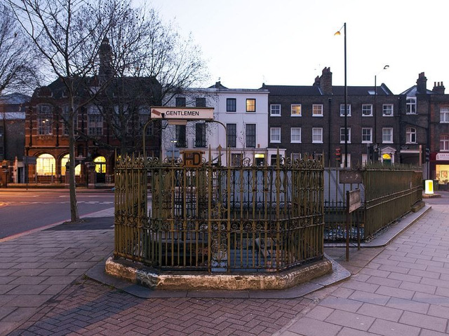Nhà vệ sinh cũ với hàng rào sắt đã hoen rỉ nằm trên Grange Road ở Bermondsey, phía nam London. Nơi này còn được thay đổi để biến thành quán bar.