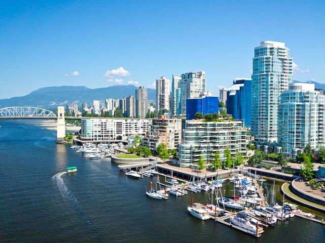 Vancouver của Canada được biết đến với cuộc sống yên bình và thân thiện đang có kế hoạch để trở thành thành phố xanh nhất thế giới vào năm 2020. Nếu đến đây, bạn nên thuê một chiếc xe đạp và đi lang thang qua một trong những con đường mòn nổi tiếng của nó và ngắm cảnh đẹp xung quanh, hoặc đến Stanley Park, nơi bạn có thể sống trong thiên nhiên với cảnh quan của rừng và bờ sông yên bình.