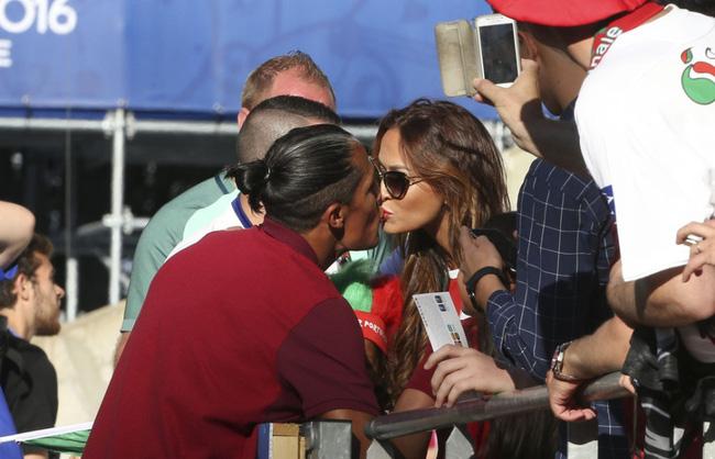 Trung vệ Bruno Alves của Bồ Đào Nha khóa môi bạn gái xinh đẹp