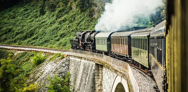 Không giống bất kì phương tiện giao thông nào khác, tàu hỏa mang đến cho bạn một trải nghiệm hoàn toàn khác biệt.