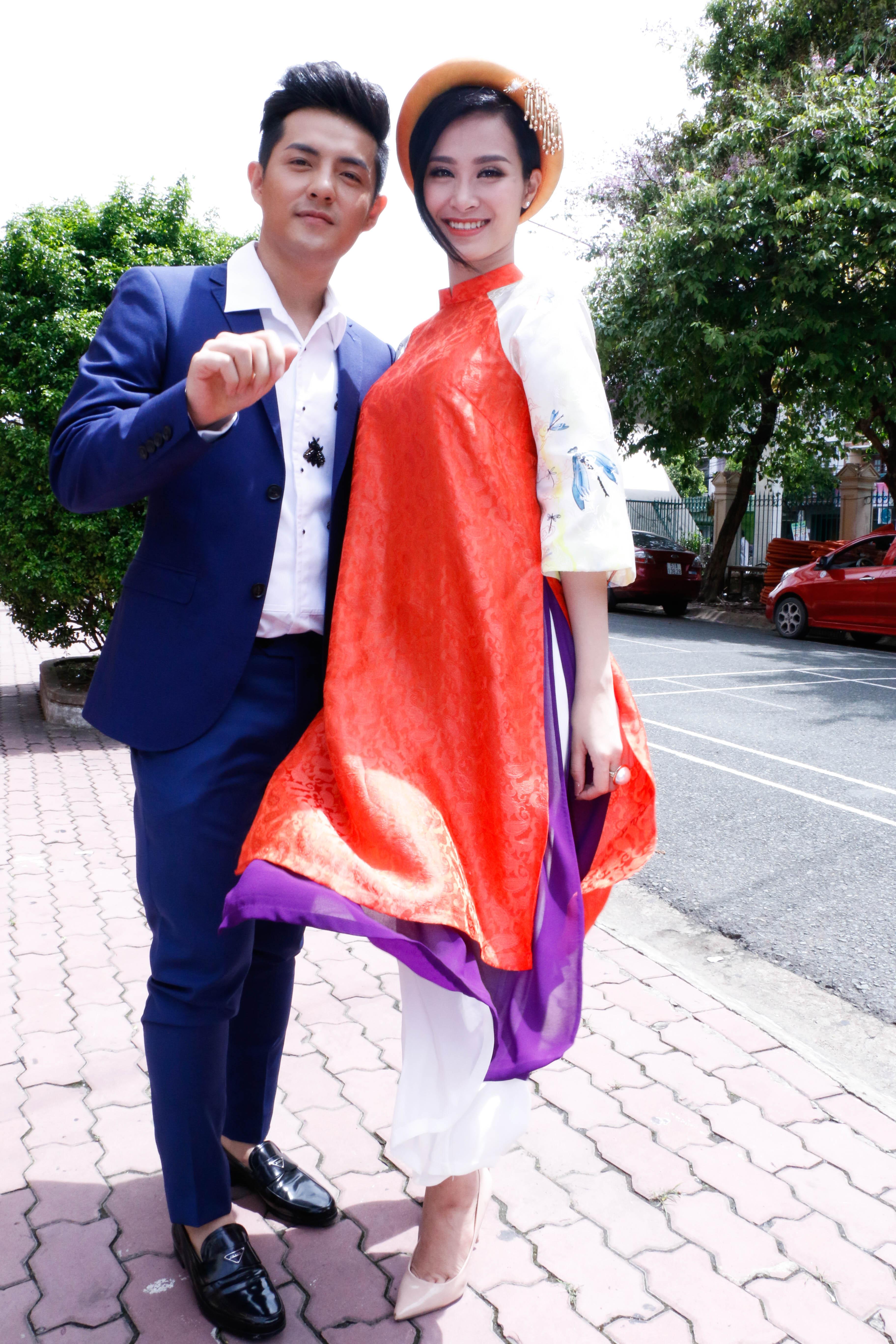 Là cặp đôi đến sau cùng, Đông Nhi và Ông Cao Thắng gây chú ý với hình ảnh độc đáo. Ông Cao Thắng mặc vest xanh nam tính trong khi đó Đông Nhi phá cách trong bộ áo dài tân thời, đầu đội mấn.