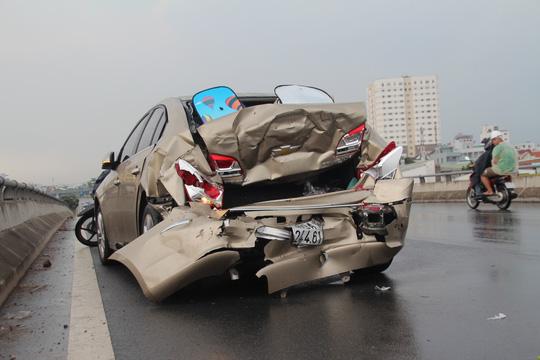 Chiếc ô tô 4 chỗ biến dạng hoàn toàn sau vụ va chạm. (Ảnh: nld.com.vn)