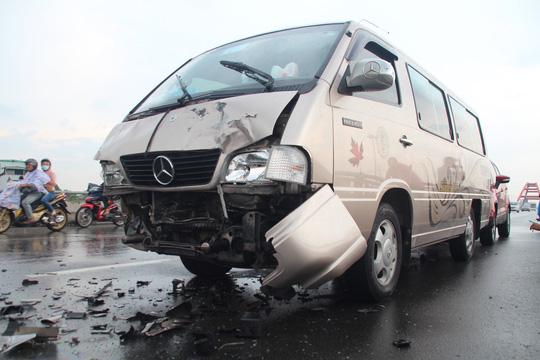 Đầu xe khách cũng bị vỡ nát sau cú tông. (Ảnh: nld.com.vn)