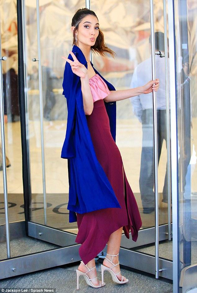 Chân dài người Mỹ kết hợp khéo léo giữa các màu duyên dáng như: Hồng, tím, xanh, trắng