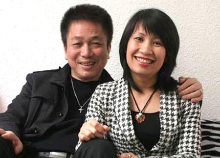 Nhạc sĩ Phú Quang và người vợ hiện tại (Ảnh: ANTG)