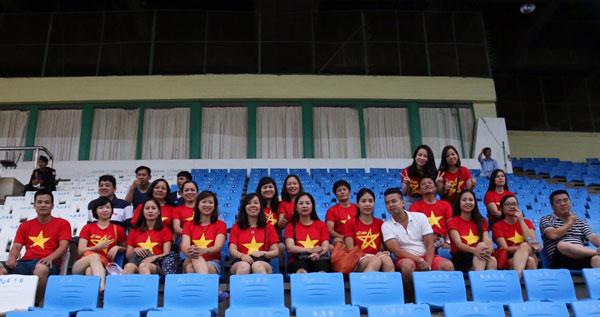 Đông đảo cổ động viên Việt Nam có mặt cổ vũ cho thầy trò HLV Đinh Thế Nam trong trận mở màn gặp Malaysia