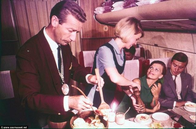 Trong một bức ảnh chụp vào những năm 60s, nữ tiếp viên hàng không đang thêm hạt tiêu cho khách, trong khi người đàn ông bên cạnh cô đang chuẩn bị đưa ra món salad.