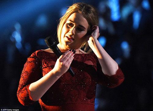Nữ danh ca người Anh não nề vì phần trình diễn lộ những khiếm khuyết của mình tại Lễ trao giải Grammy 2016