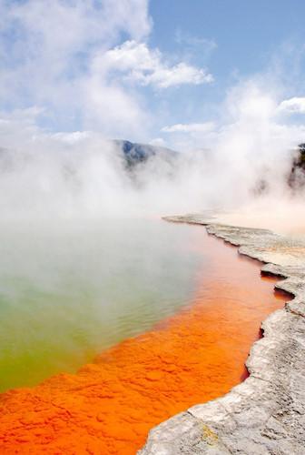 Nằm tại vùng đảo Bắc của New Zealand, hồ nước Champagne là một vũng nước nóng trên bề mặt trái đất, được hình thành từ một trận phun trào núi lửa cách đây 900 năm. Tên gọi của nó bắt nguồn từ sự dồi dào của lượng carbon dioxide chảy ra giống như  hiện tượng sủi bọt ở rượu champaigne, và màu sắc kì lạ của nó cũng xuất phát từ sự lắng đọng khoáng sản. Nước trong hồ vào khoảng 163 độ F – tất nhiên là không thể bơi tại đây.