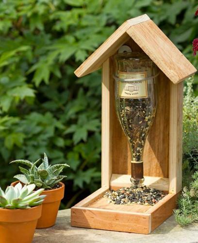 Một chai nhựa cũ có thể dễ dàng sử dụng để đựng thức ăn cho chim, tuy nhiên sử dụng chai thủy tinh sẽ tốt hơn.