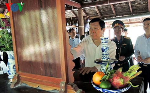 Chủ tịch nước Trương Tấn Sang thắp hương tưởng nhớ các vị lãnh đạo cách mạng tại Di tích Trung ương Cục Miền Nam.