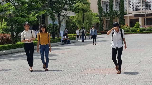 Thí sinh thi môn Văn tại điểm thi Đại học Sư phạm Huế kết thúc giờ làm bài. (Ảnh: Đại Dương)