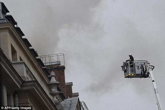 Lính cứu hỏa cố gắng tiếp cận đám cháy