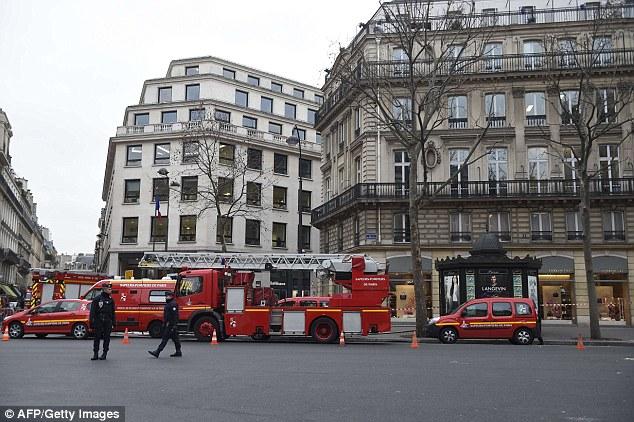 Cảnh sát khuyến cáo người dân không tới gần hiện trường vụ cháy