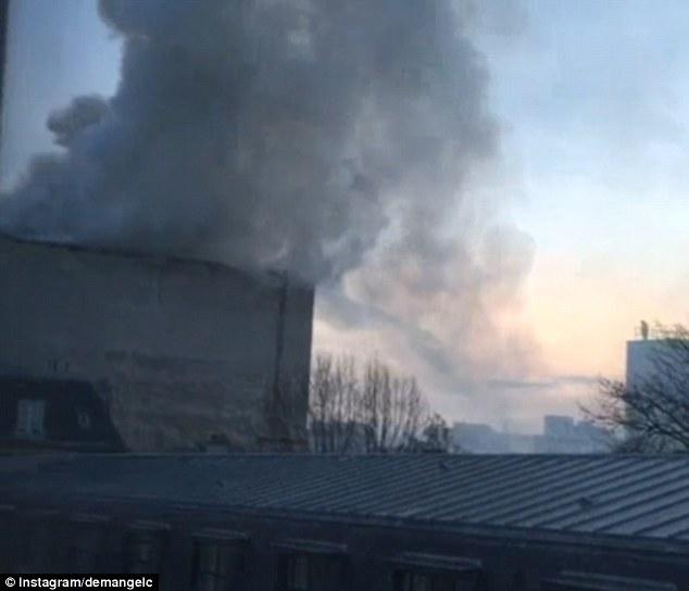Cột khói lớn bốc lên trên nóc khách sạn