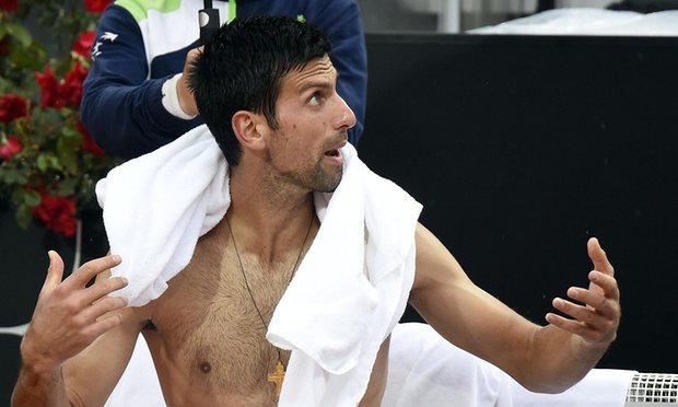 Novak Djokovic phàn nàn với trọng tài về mặt sân nhưng trọng tài đã từ chối tạm dừng trận đấu (Ảnh: Getty)