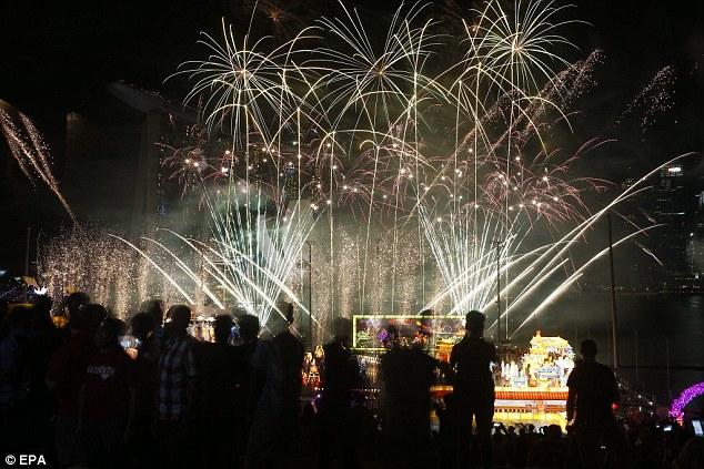 Đây là đêm đầu tiên trong 9 đêm bắn pháo hoa chào mừng năm mới của lễ hội River Hongbao (Ảnh: EPA)