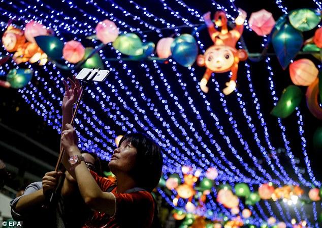 Những chiếc đèn lồng mang hình dáng chủ khỉ dễ thương tại Hong Kong (Ảnh: EPA)