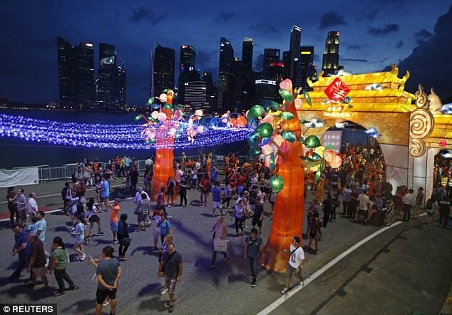 Đường phố Hong Kong đêm Giao thừa (Ảnh: Reuters)