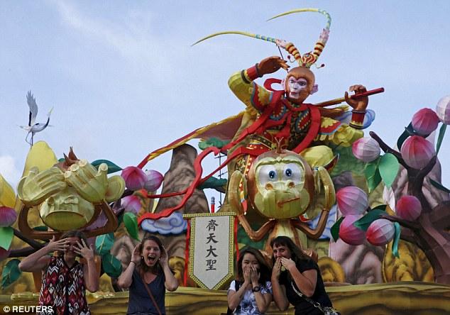 Hình ảnh Tề Thiên Đại Thánh - Tôn Ngộ Không xuất hiện tại lễ hội cùng những chú khỉ khác (Ảnh: Reuters)