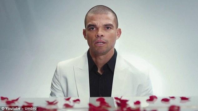 Pepe vừa đánh đàn vừa ngâm thơ để tỏ tình nhân dịp Valentine