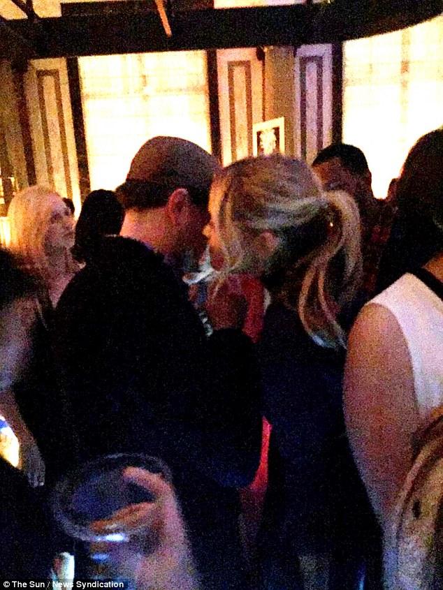 Bức ảnh chụp cử chỉ thân mật của cặp đôi trong bữa tiệc sau lễ trao giải BAFTA