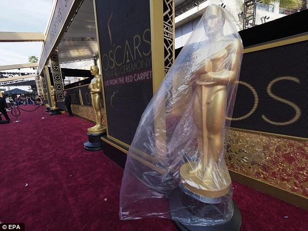 Tượng vàng Oscar được bảo vệ bởi một lớp nilon