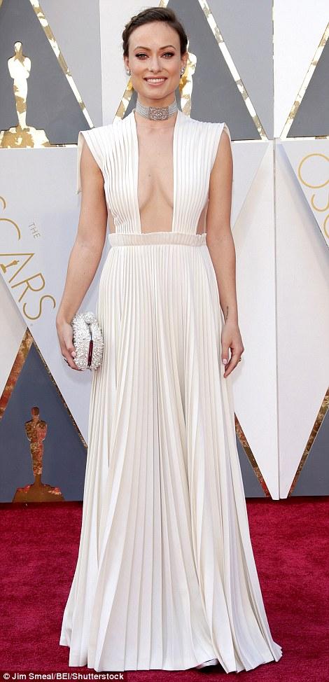 Olivia Wilde với chiếc váy hở táo bạo của Valentino Haute Couture.