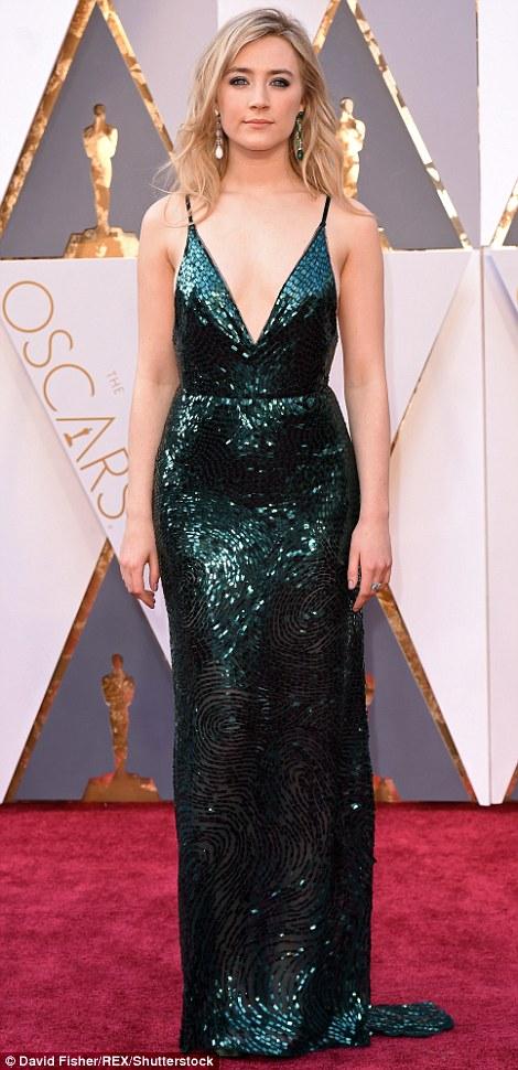 Saoirse Ronan khoe dáng với chiếc váy lấp lánh của Calvin Klein.