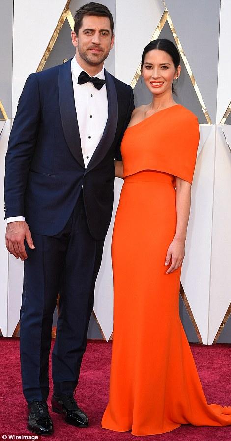 Olivia Munn cùng bạn trai Aaron Rodgers.