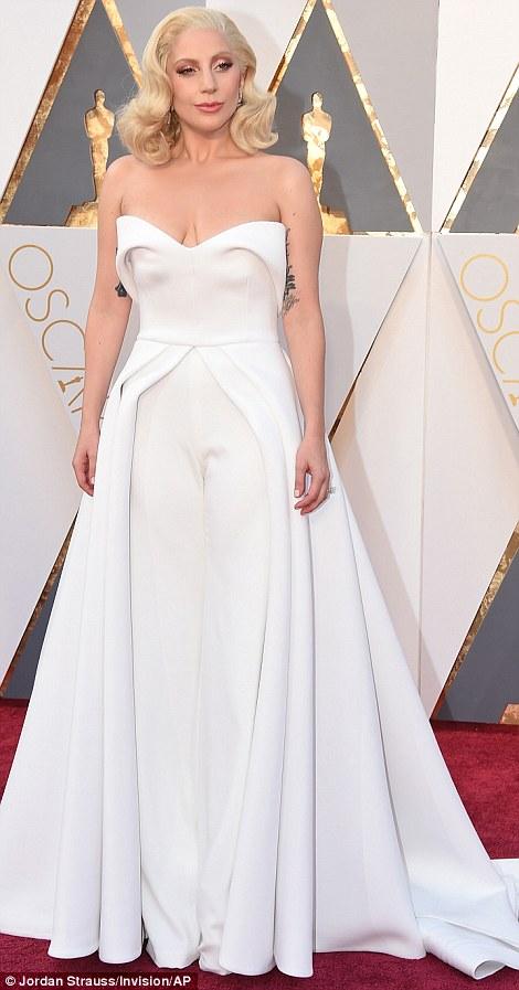 Lady Gaga không còn nổi loạn trong chiếc váy tông màu trắng.