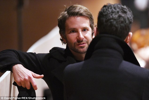 Bradley Cooper vui vẻ trò chuyện cùng bạn trước giờ diễn ra show diễn