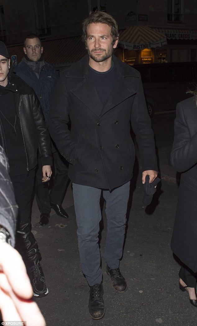 Trong khi đó, Bradley Cooper gây ấn tượng với vẻ đẹp lịch lãm, nam tính