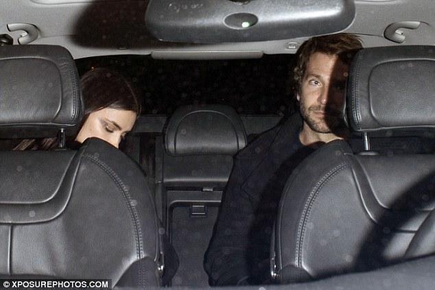 Cặp đôi nhanh chóng lên xe ngay sau khi buổi trình diễn kết thúc