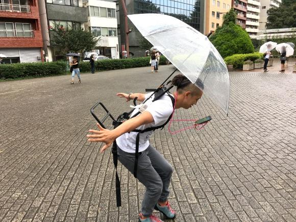 Người chơi có thể mang theo ô để đề phòng trường hợp trời mưa khi đang săn Pokémon (Nguồn: SocioRocketNewsen)