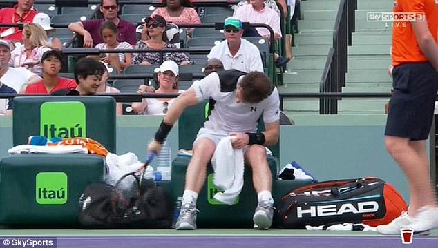 Murray xả giận vào cây vợt và túi đồ của mình