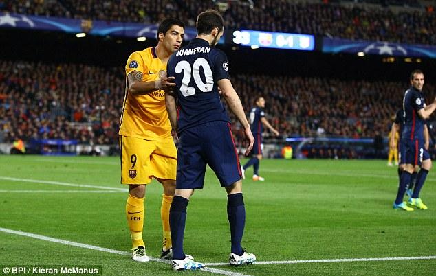 Suarez rất nhanh nhẹn túm lấy Juanfran để nói lời xin lỗi