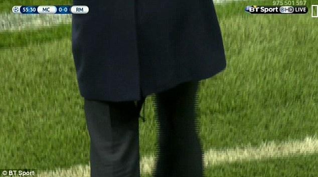 Chiếc quần rách của ông đã bị ống kính truyền hình ghi lại