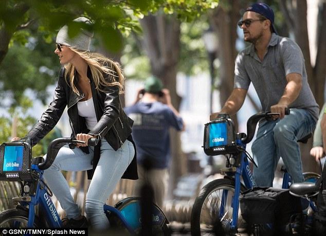 Leo thường đưa các cô bạn gái của mình dạo chơi bằng cách đạp xe cùng nhau.
