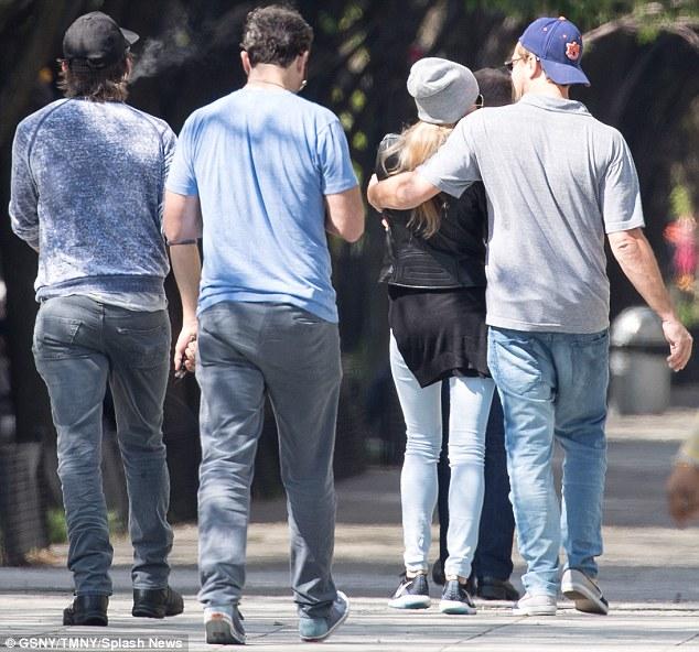 Leo choàng tay ôm bạn gái mới trên phố