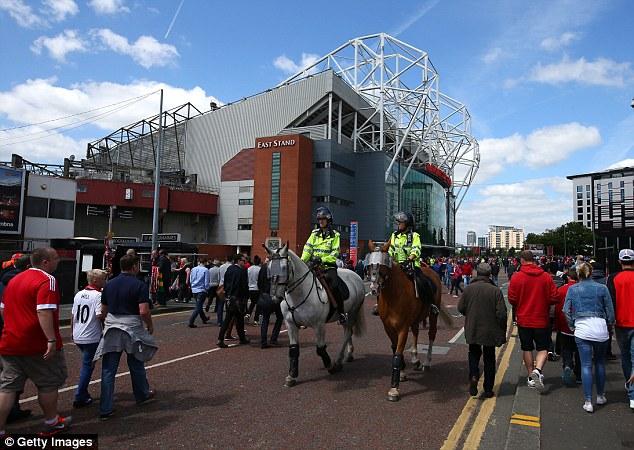 Cảnh sát cũng có mặt ở khu vực sân Old Trafford ngay sau khi được thông báo về vật lạ.