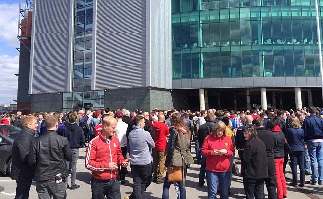 Các cổ động viên được thông báo phải dời khỏi sân đấu vì bọc lạ nghi là bom.