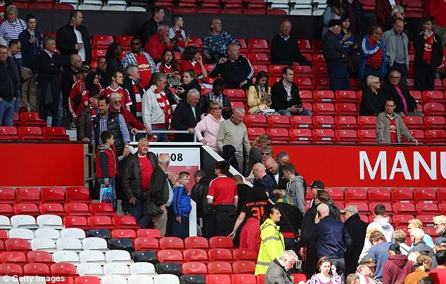 Gần 20.000 người trên khán đài đã phải dời khỏi sân vì trận đấu bị dời ngày.