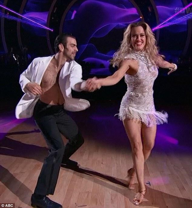 Nyle DiMarco có màn trình diễn xuất sắc với bạn nhảy Peta dù anh không thể nghe thấy những giai điệu nhạc.