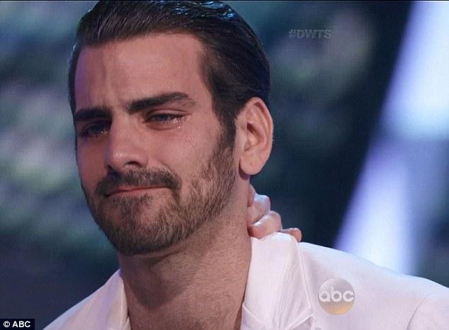 Nyle bật khóc khi nhận được lời khen của các giám khảo dành cho mình sau màn trình diễn.